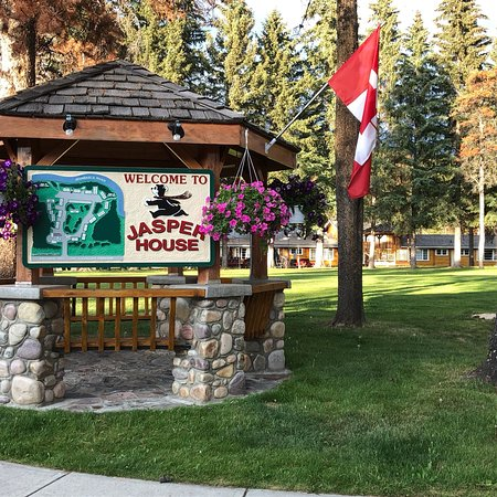 Jasper House Bungalows: Very peaceful location a couple of miles outside Jasper. Walk down to the Athabasca River in the