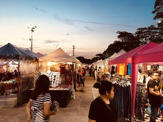 ็Huamum Night Market: Stalls were neatly lined up