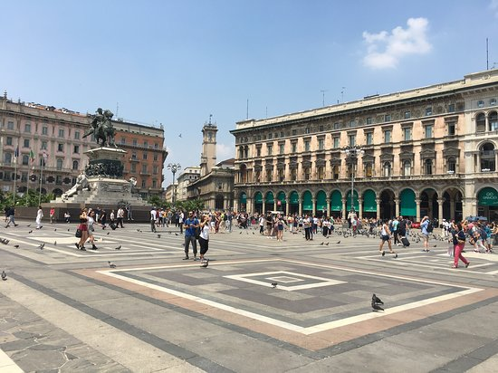 Monumento a Vittorio Emanuele II: Monument sur la piazza Duomo