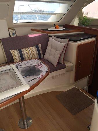Charters Eleven Catamaran Hire Ibiza: la sala