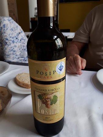 Restaurant Apetit: un rico vino de Korkula blanco
