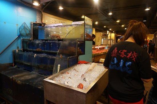 Xian Zhan Seafood Rechao Restaurant: 入り口にある生簀