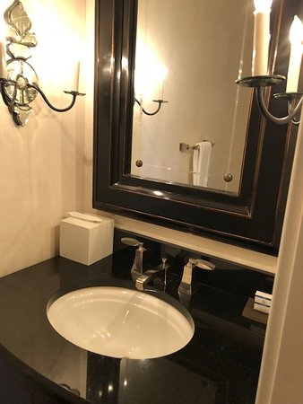 The Beverly Hilton: Room 805 Governors Suite - 2nd toilet