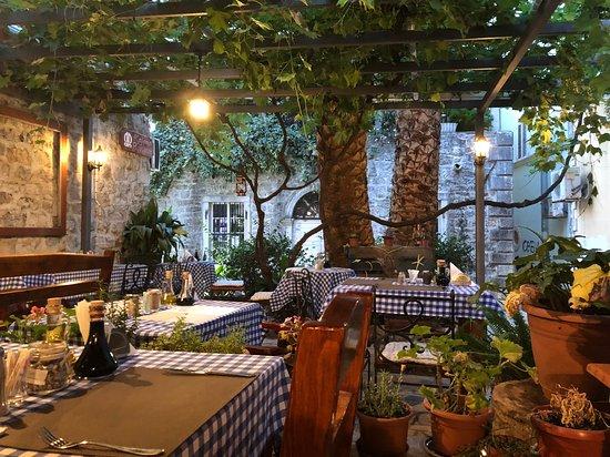 Kafana Rivijera: Outdoor seating area