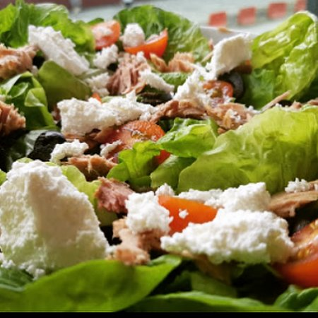 Breizh Up: Salade Niçoise with tuna and feta cheese.