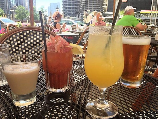 Bella Bacino's : Outdoor space and drinks with friends