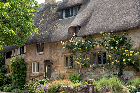 Stanton, UK: One of the several thatched roofs, quite rare in the Cotswolds now