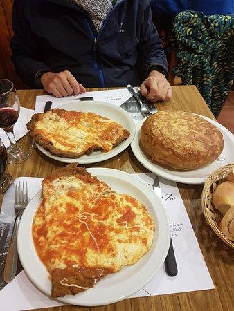 La Fonda Del Tio: La porción es una Milanesa a la Napolitana, aunque no parezca la estamos compartiendo!