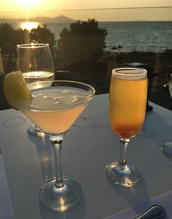 Diamond Deluxe Hotel: Cocktails at sunset