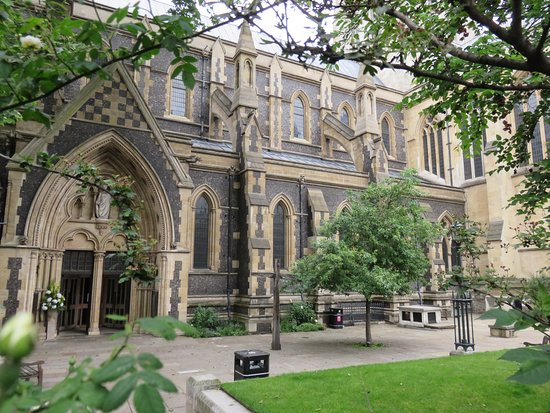 Southwark Cathedral: 大聖堂の外から