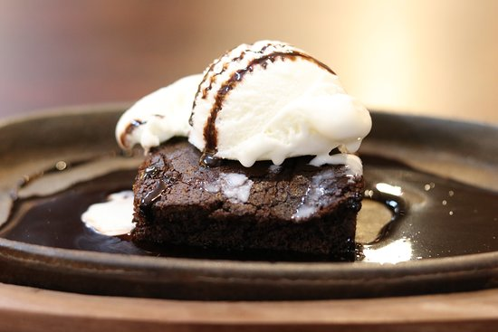 Two21 - Cafe & Speedmart: Sizzling brownie with ice cream, served the best in Mathura
