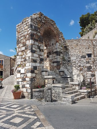 Castelmola, Italië: Historic gatewat and remnant of city wall