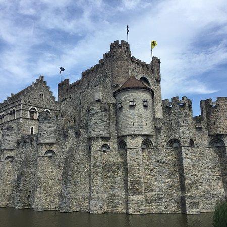 Die restaurierte Burg Gravensteen ist sehr imposant und liegt malerisch in der Umspülung Genter