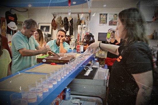 Las Ninas Del Soho: Momento champán y partiendo una palmera de chocolate gigante