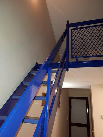 San Feliciano, Italy: trap naar boven, op zolder ook duizenden muggen..geen foto van