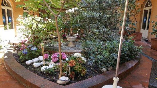 iH Hotels Milano Bocconi: Ha anche un bel giardino per fare la colazione  !