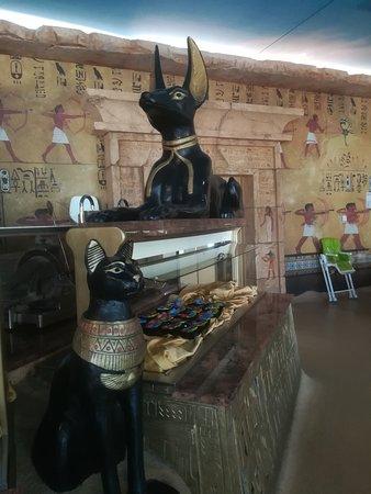 Tutankhamon Restaurant: Statue a tema