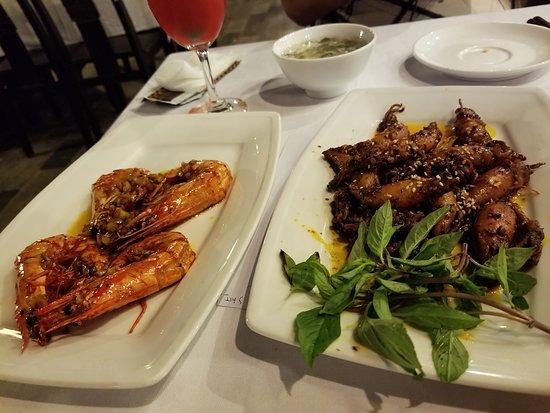 Blue Whale Restaurant: ホタルイカ魚醤炒め美味しかった。ハートの海老と。