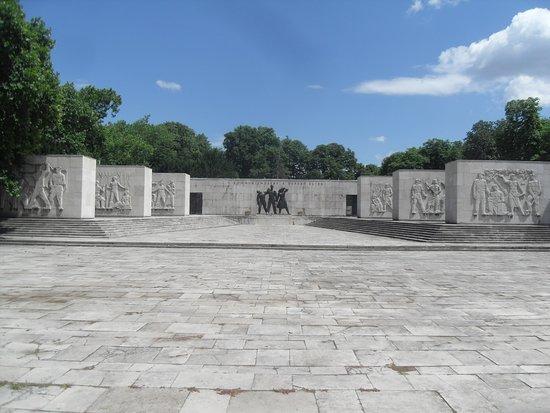 Fiumei Road Cemetery: Socialist memorial
