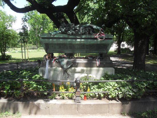 Fiumei Road Cemetery: The grave of the Hungarian poet Janos Arany