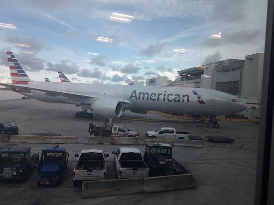 American Airlines: aeropuerto, esperando abordar el vuelo