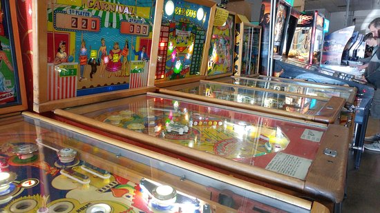 Pinball Hall of Fame: Row of machines..