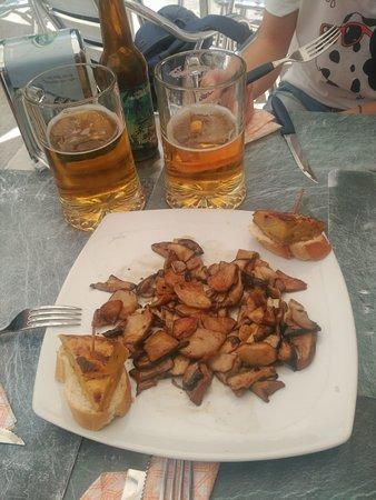 Canencia, Spain: Racion de boletus (de temporada) al centro de la mesa.