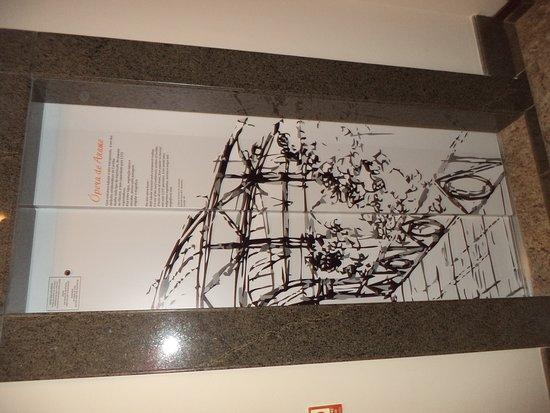 Mercure Curitiba Golden: detalhe da decoração da porta do elevador