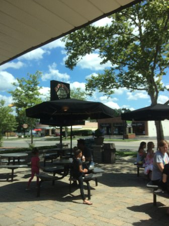 Johnson's Real Ice Cream: Nice outdoor seating