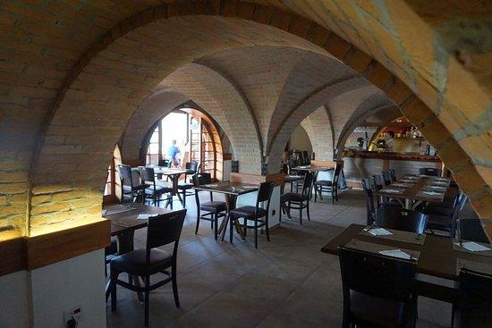 Eulenhof Valinhos - German Restaurant: mesas internas na construção que é uma cave