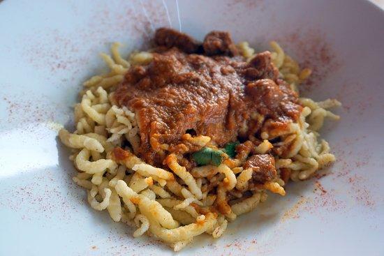 Eulenhof Valinhos - German Restaurant: Goulash acomapnhado de Spaetzle (tipo de massa)