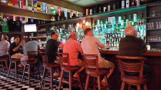 Tully's Irish Pub & Restaurant: Quiet one at the bar
