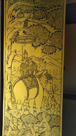 Wat Phra That Chom Thong: beautiful fine art wooden door