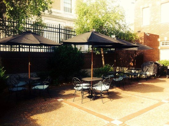 Colby's Deli & Cafe: Patio Dining