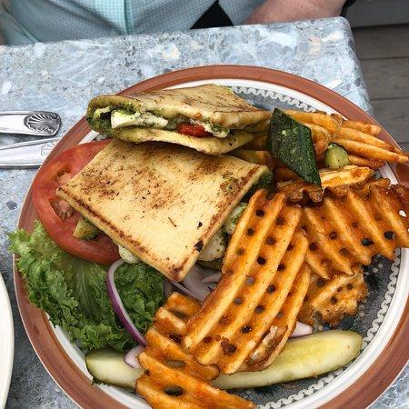 Boathouse Bistro Tapas Lounge & Restaurant – fénykép