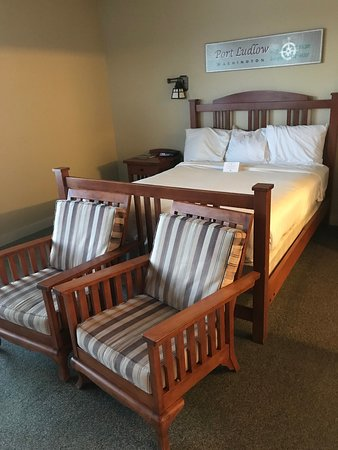The Resort at Port Ludlow: King bed with 2 sitting chairs