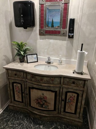 Capers on the Square, Inc: Super clean bathroom