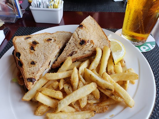 White Horse Pub & Restaurant: Fish sandwich on raisin bread