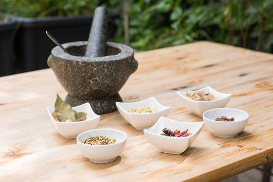 Chaima Thai Take Away: TTypische Gewürze für die Zubereitung der Massaman Curry Paste