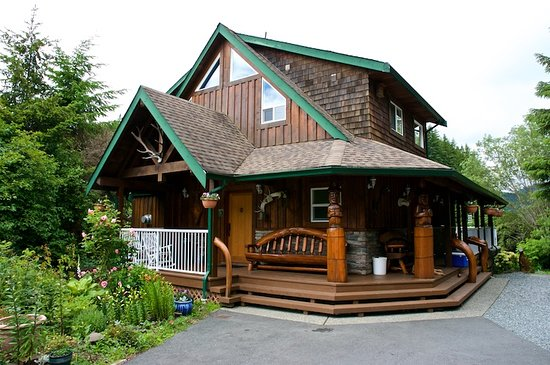 Trailhead Resort: Main lodge where charter guests go for breakfast and supper