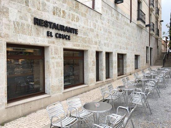 Cafeteria Restaurante Hotel Puerta Ciudad Rodrigo: Terraza de 20 mesas con unas vistas inigualables al las ruinas del  Convento de San Francisco