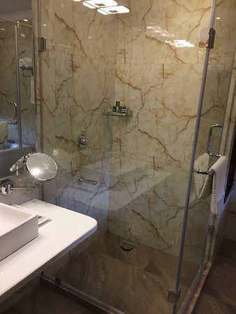 Ennco Resorts: Bathroom with shower are and bath tub
