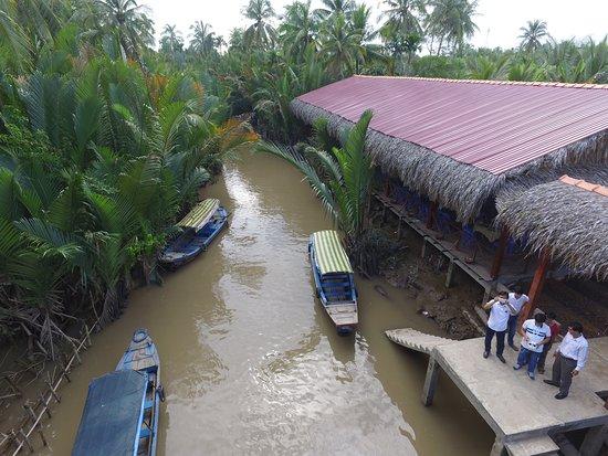 du khách đi bằng thuyền vào khu du lịch sinh thái việt nhật