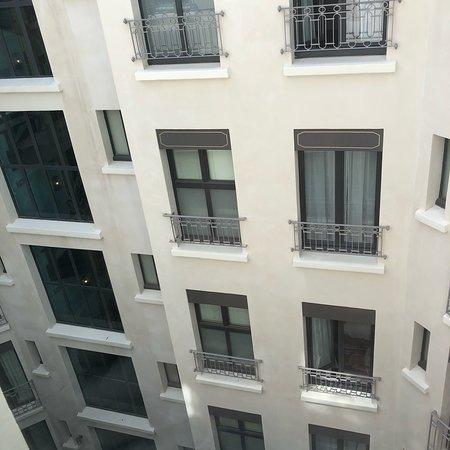 Hôtel Eiffel Blomet: Closet and window