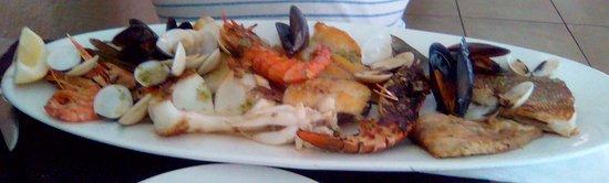 Pont de Molins, Spanien: 4/5 morceaux de poissons, seiche, gambas, demi langoustine, couteaux, coquillages