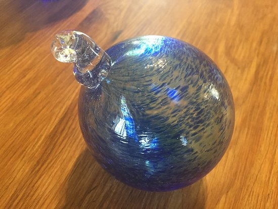 Wingfield, UK: Bauble made at the Glass Hub