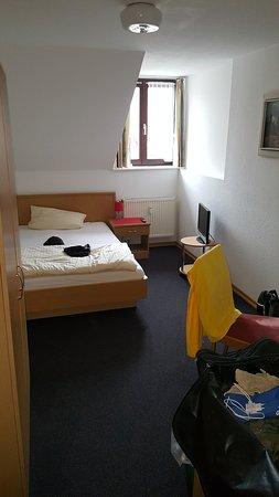 Durach, Jerman: Zimmer 11 klein, mittelmäßig, Geräusche von der Strasse draußen sind nicht so leise:))