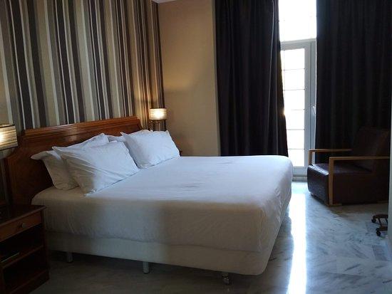 Gran Hotel Elba Motril: Cama grande y muy cómoda