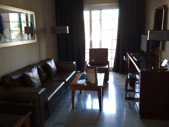 Gran Hotel Elba Motril: Salita con sofás y TV y armario