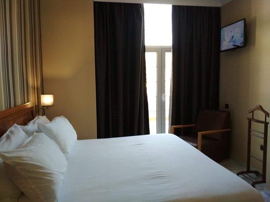 Gran Hotel Elba Motril: Cama grande, cómoda y su TV